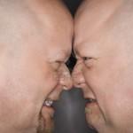 2205184-primo-piano-del-caucaso-calvo-met-degli-adulti-gemello-identico-uomini-in-piedi-faccia-a-faccia-con-